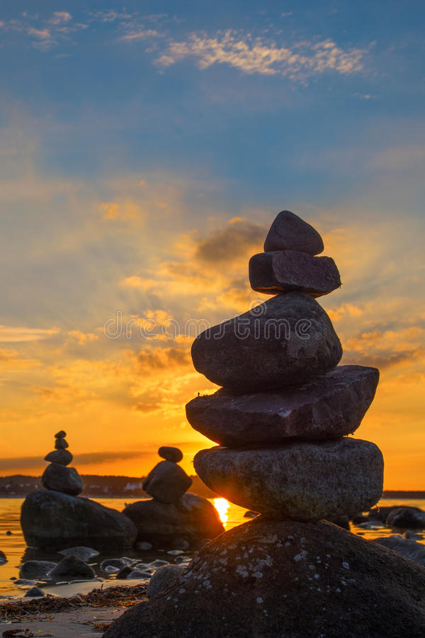 Stonefigures à la mer baltique pendant le coucher du soleil image stock