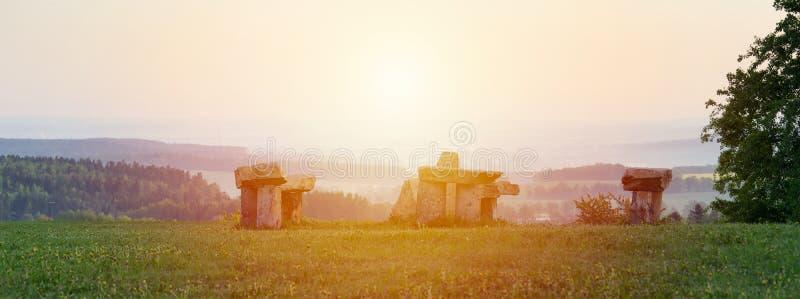 Stonehenge тайны в деревне Krasejovka, чехословакском ландшафте стоковые изображения