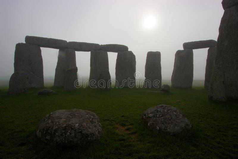 Stonehenge an der Dämmerung an einem nebeligen Tag lizenzfreie stockbilder