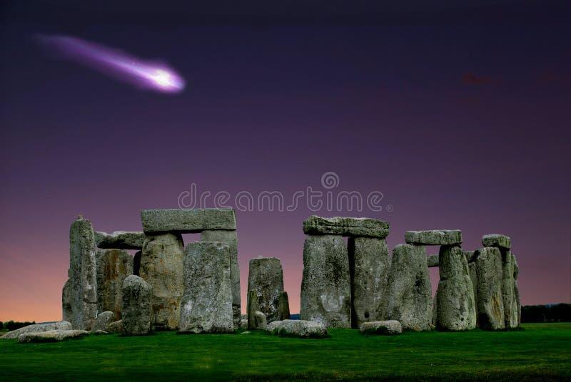 Stonehenge e o cometa são um monumento megalítico Neolítico imagem de stock