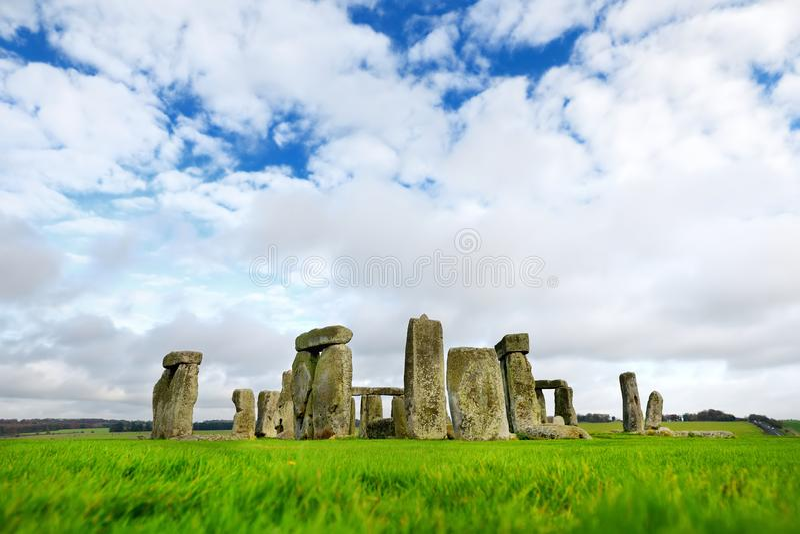 Stonehenge en av underna av världen och denbekanta förhistoriska monumentet i Europa som lokaliseras i Wiltshire, England royaltyfria bilder