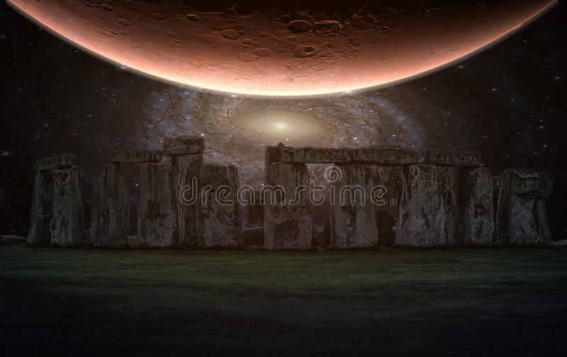 Stonehenge en forntida förhistorisk stenmonument med natthimmel och planeten, Wiltshire, UK royaltyfri fotografi