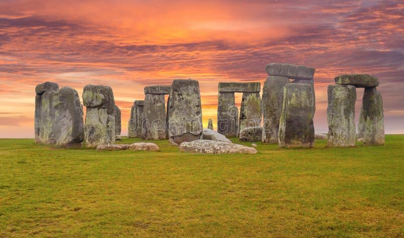 Stonehenge England solnedgånghimmel royaltyfri bild