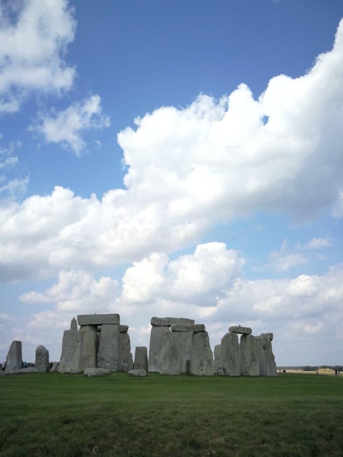 Stonehenge, England unter bew?lkten blauen Himmeln stockbild