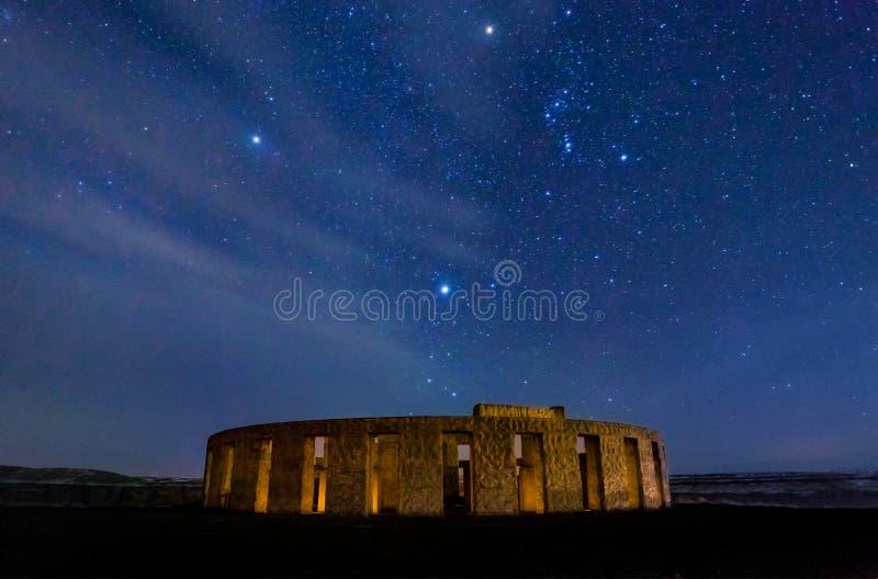 Stonehenge krigminnesmärke på Maryhill på natten med stjärnor arkivbild