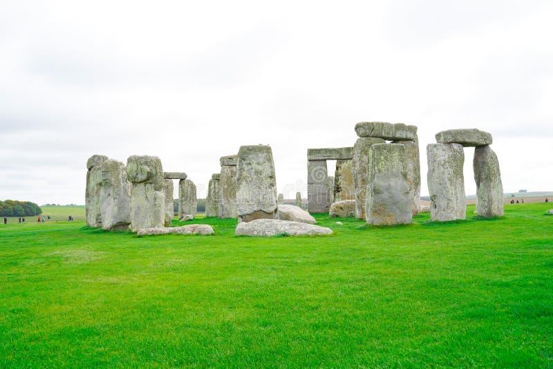 Stonehenge mit Blue Sky im Hintergrund in England lizenzfreies stockfoto