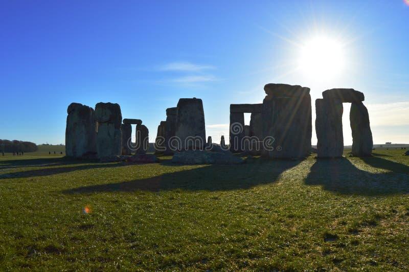 Stonehenge que echa una sombra en el sol imagenes de archivo