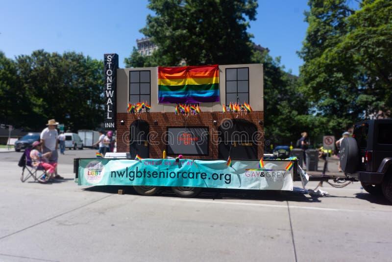 Stonewall gästgivargårdflöte på bögen Pride Parade fotografering för bildbyråer