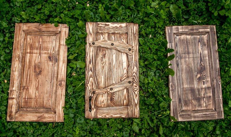 Stonowani drewniani drzwi kłama na trawie fotografia royalty free