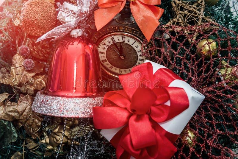 Stonowany wizerunek zegar z boże narodzenie dekoracjami obraz royalty free