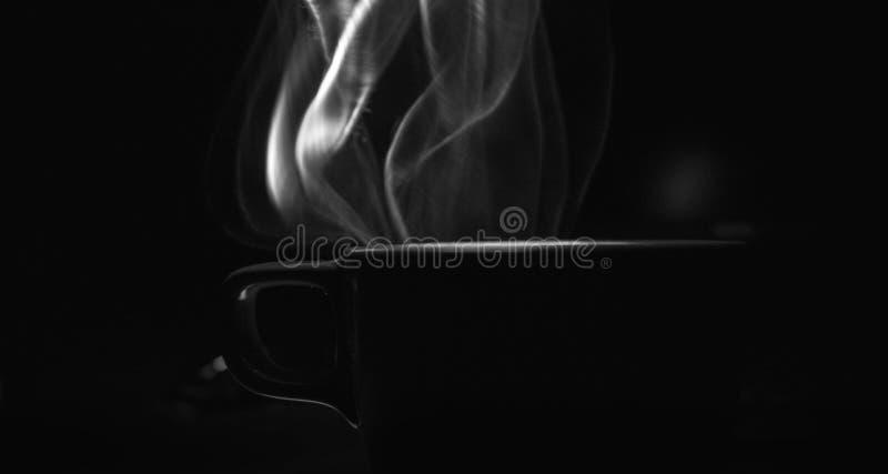 Stoom die uit de kop van koffie komen royalty-vrije stock afbeelding