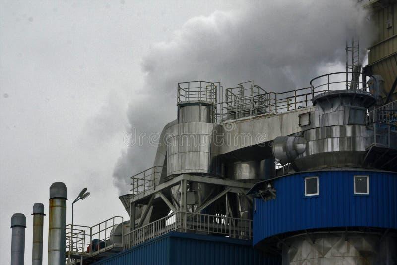 Stoom die uit een industriële faciliteit, fabriek komen Luchtvervuiling door rook van de factory'sschoorsteen die wordt veroorz royalty-vrije stock foto's