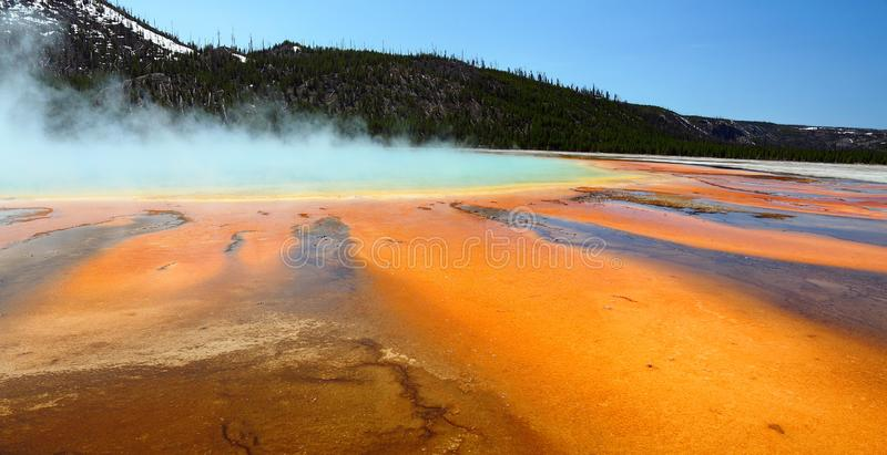Stoom die van de kleurrijke warme waters van de Grote Prismatische Lente, Centraal Geiserbassin, het Nationale Park van Yellowsto royalty-vrije stock fotografie