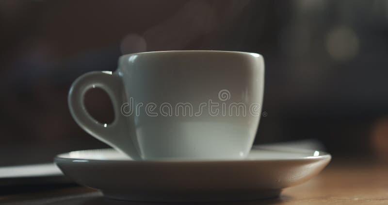 Stoom die van espressokop toenemen met verse hete koffie ondiepe nadruk royalty-vrije stock foto