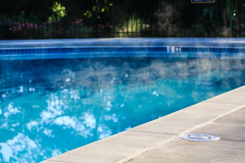 Stoom die van Verwarmd Zwembad toenemen stock afbeeldingen