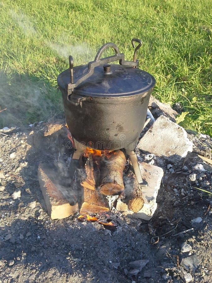 Stoom het koken pot op brand stock foto's