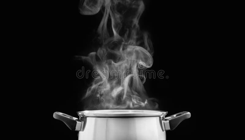 Stoom over het koken van pot in keuken op donkere achtergrond royalty-vrije stock fotografie