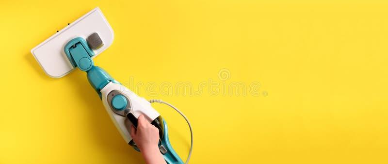 Stoom schonere zwabber op gele achtergrond De hoogste vlakke mening, legt Banner met exemplaarruimte Het schoonmaken de dienstcon stock afbeelding