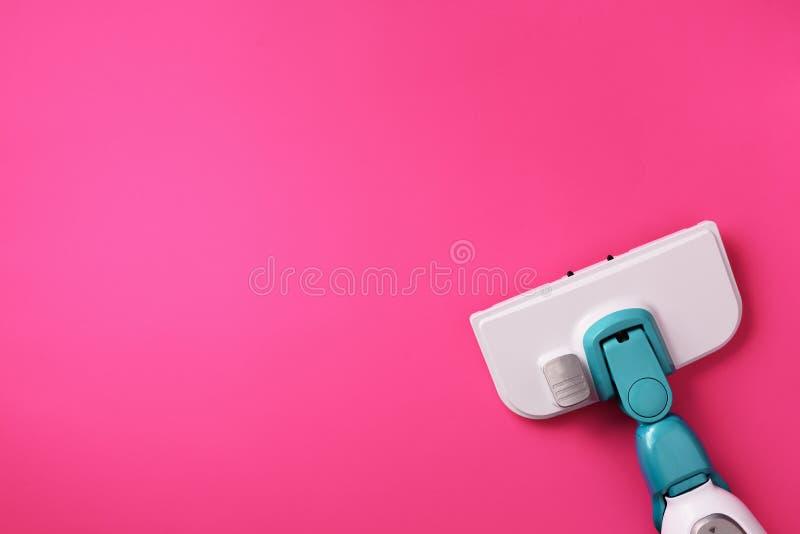 Stoom schonere zwabber op roze achtergrond De hoogste vlakke mening, legt Banner met exemplaarruimte Het schoonmaken de dienstcon royalty-vrije stock afbeelding