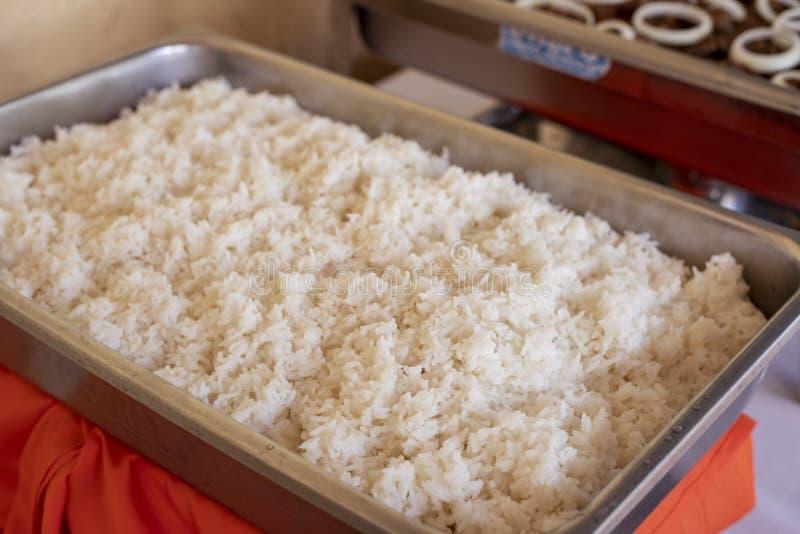 Stoomrijst voor buffet, de richtende dienst op viering wordt gediend die Gestoomde rijst in panclose-up Traditioneel Aziatisch vo stock fotografie