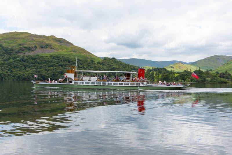 Stoomveerboot met vakantiegangers en toeristen het Meerdistrict van Ullswater met groene heuvels stock fotografie