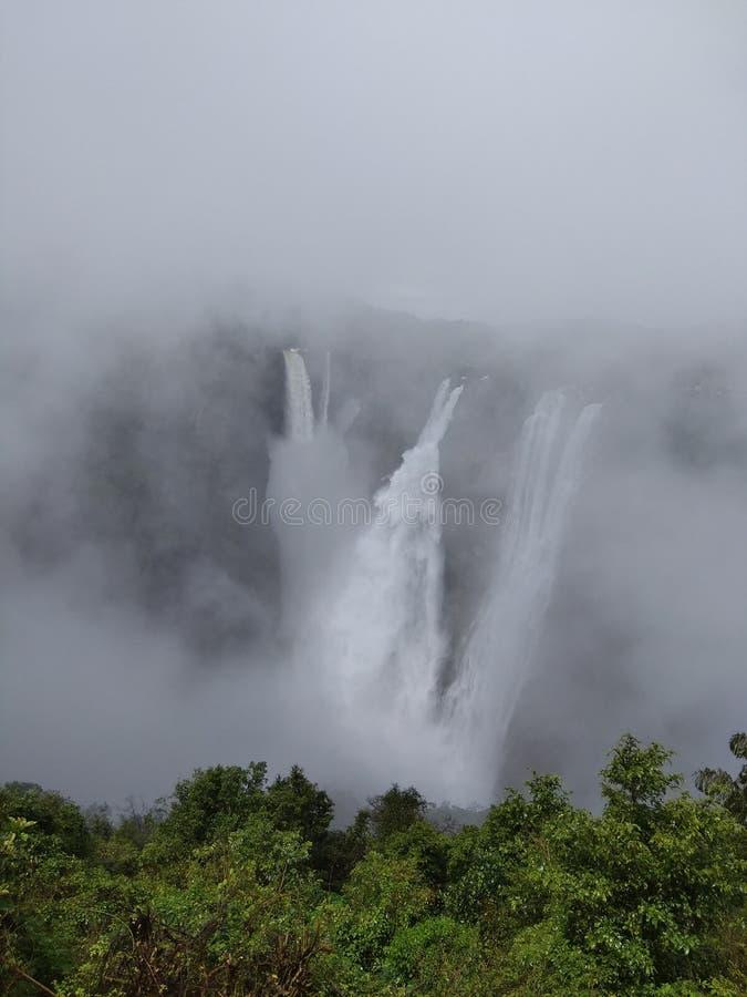 Stoot 2de hoogste de duikwatervallen van het Dalingen Dalende Punt in India aan stock foto's