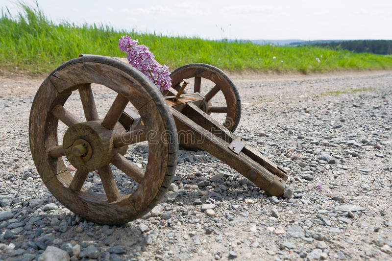 Stootkar op een landweg stock afbeelding