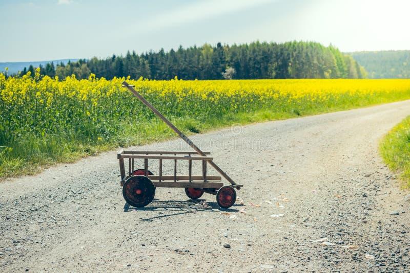 Stootkar op een landweg stock fotografie