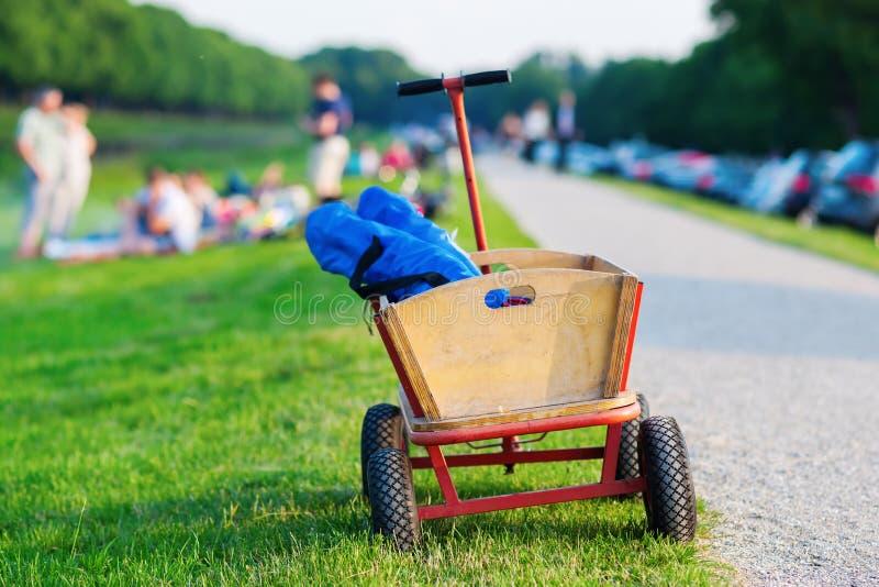 Stootkar voor picknick stock afbeeldingen