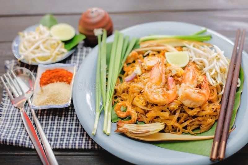 Stootkussen Thai - Rijstnoedels met garnalen en groentenclose-up op de lijst stock afbeeldingen