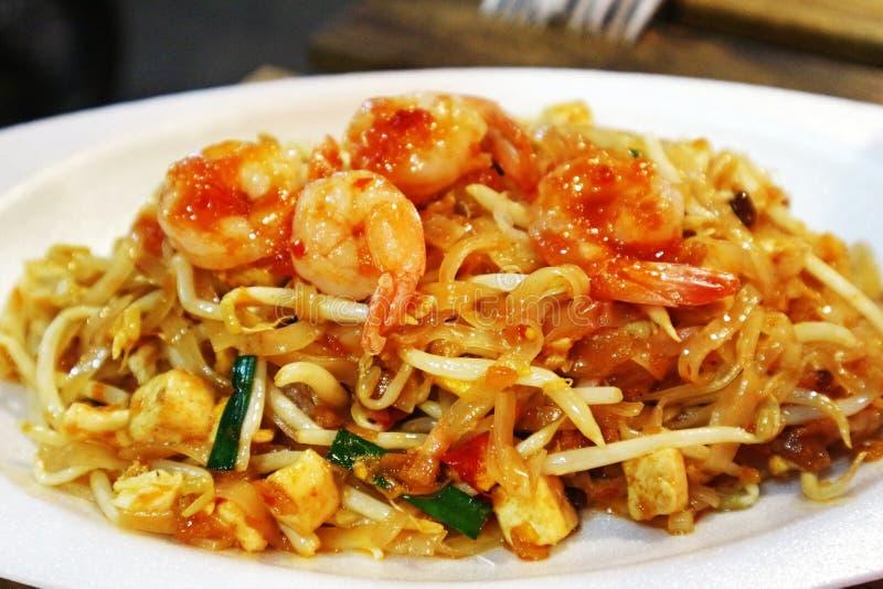 Stootkussen Thais Fried Noodles met Garnalen - Populair Thais Voedsel stock afbeeldingen