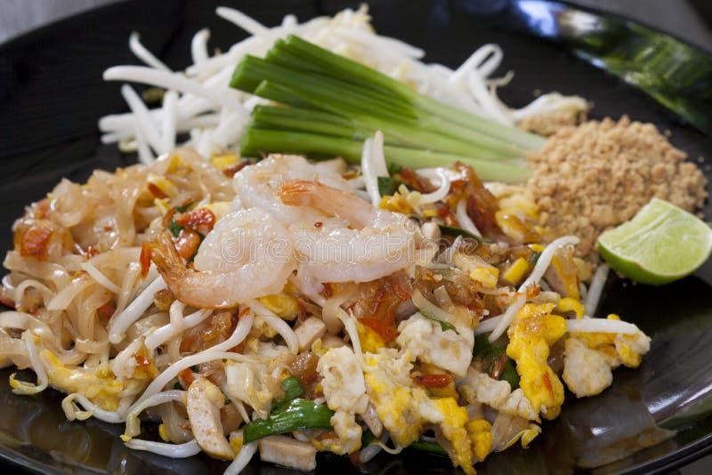 Stootkussen Thaise, gebraden noedels met garnalen stock foto