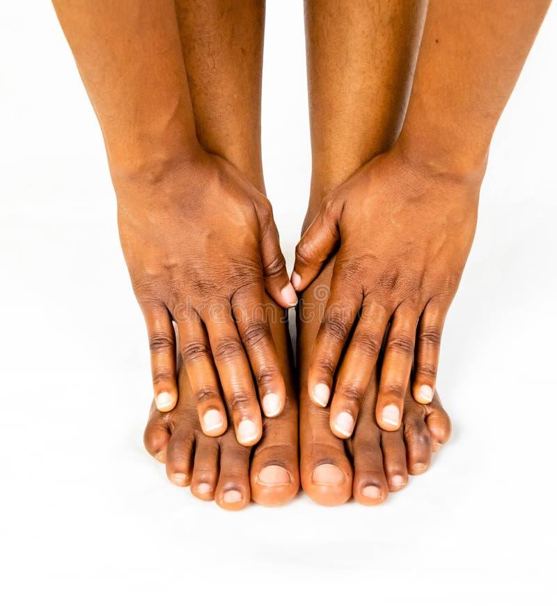 Stopa bólu noga piękno czarnego afrykanina kobieta z brąz skórą w izbowym mieniu jej cieki i rozciąga mięśnie dla opieki zdrowotn obrazy royalty free