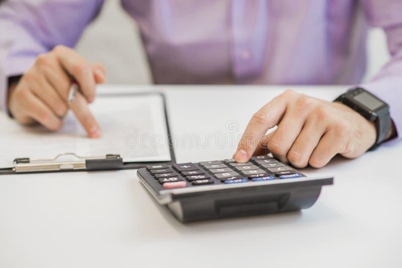 Stopa procentowa dokumenty z kalkulatorem zdjęcie stock