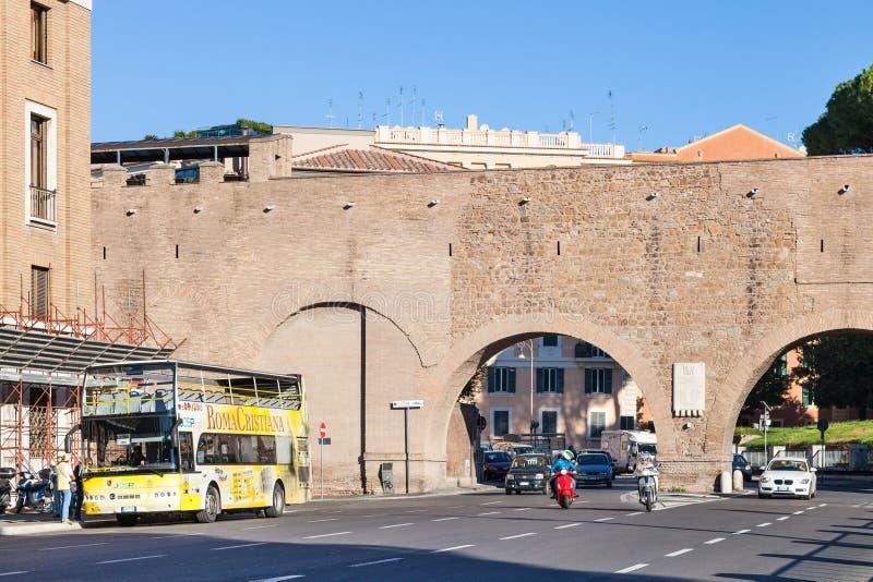 Stopp av den turist- bussen nära Passetto di Borgo, Rome royaltyfria foton