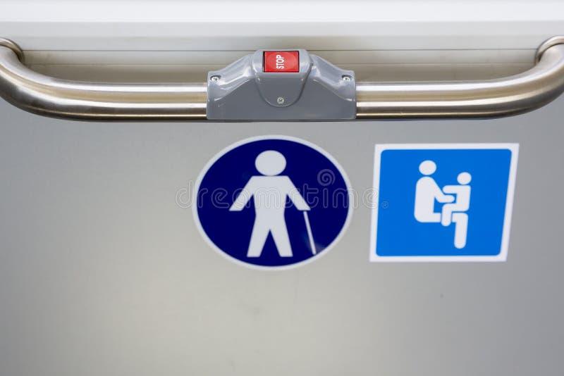 STOPP för röd knapp på bussen arkivbild