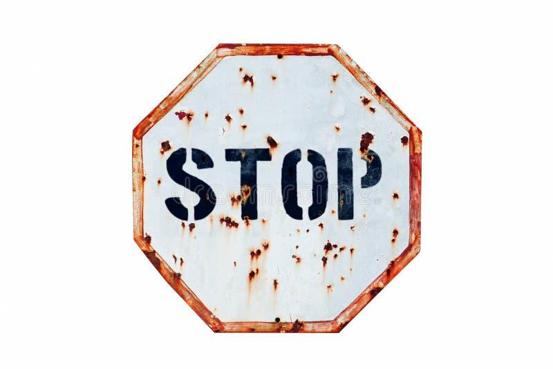 Stopp som är skriftligt i djärva bokstäver i en rostig och grungy vit och ett rött gammalt vägtrafiktecken royaltyfri fotografi