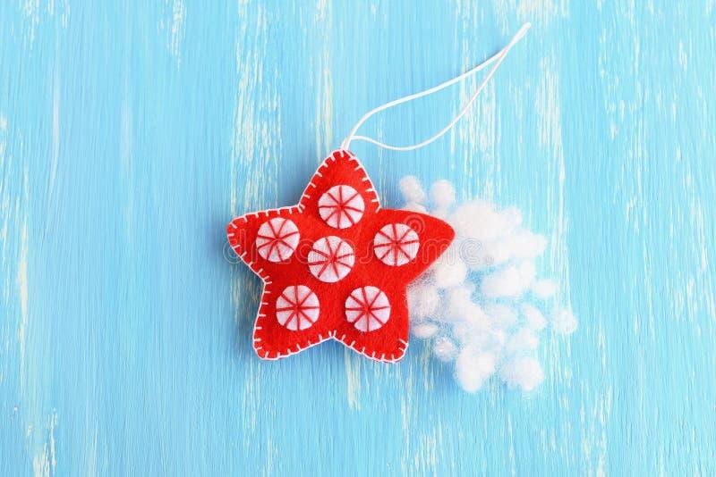 Stoppa filtjulstjärnan med hollowfiber Jul som syr hantverket Hur man undervisar ett barn att sy tutorial moment Top beskådar arkivbilder