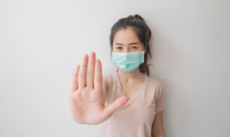 Stoppa infektionen! Sund kvinnavisninggest royaltyfria bilder