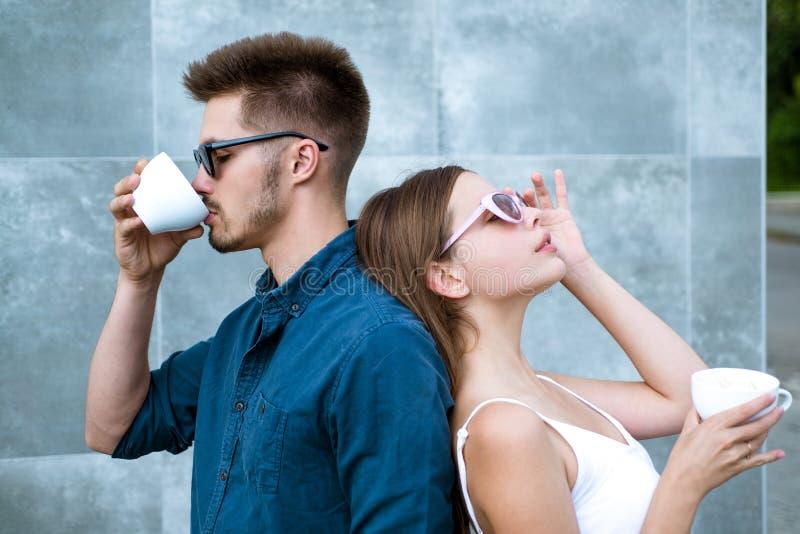 Stoppa och lukta kaffet Par av kvinnan och mannen med kaffekoppar Tycka om det bästa kaffedatumet Förälskad drink för par arkivfoto