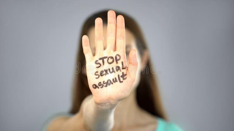 Stoppa sexuellt övergrepptecknet på kvinnans hand, kvinnligt rättskydd, medvetenhet fotografering för bildbyråer