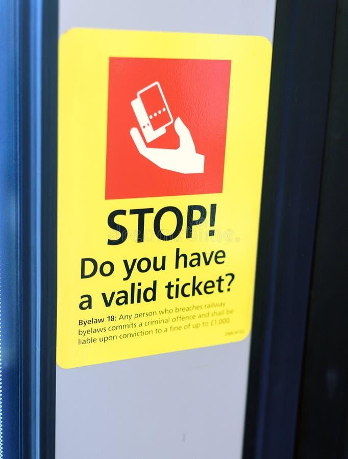 Stoppa tecknet för påminnelsen för drevbiljetten royaltyfria foton