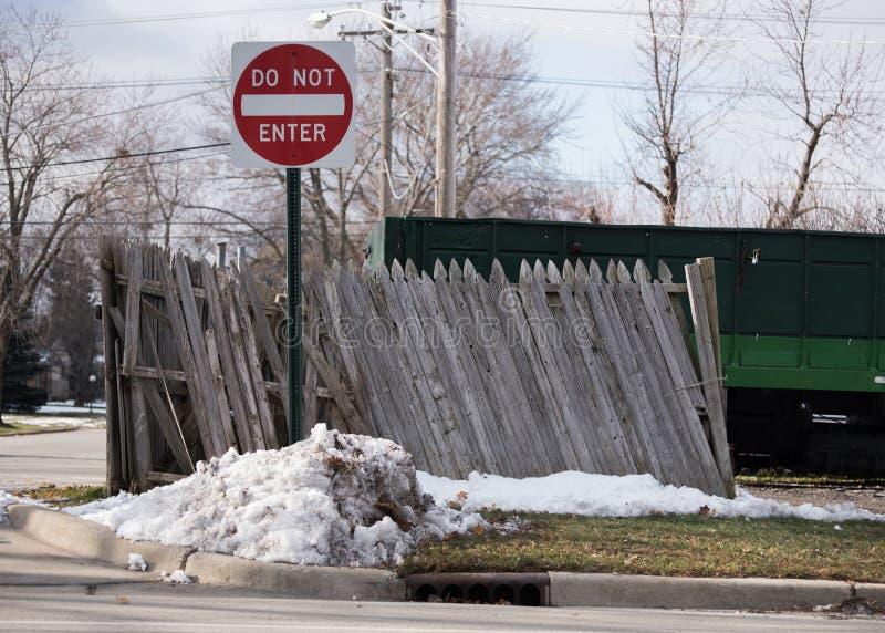 Stoppa tecknet nära det gamla staketet royaltyfri bild