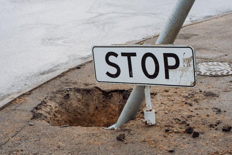 Stoppa tecknet på jordningen royaltyfri foto