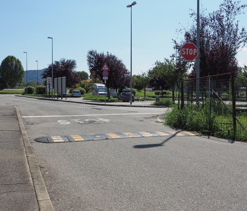 stoppa tecknet på tvärgatan royaltyfri bild