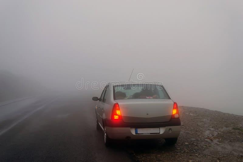 Stoppad bil i dimman arkivfoto
