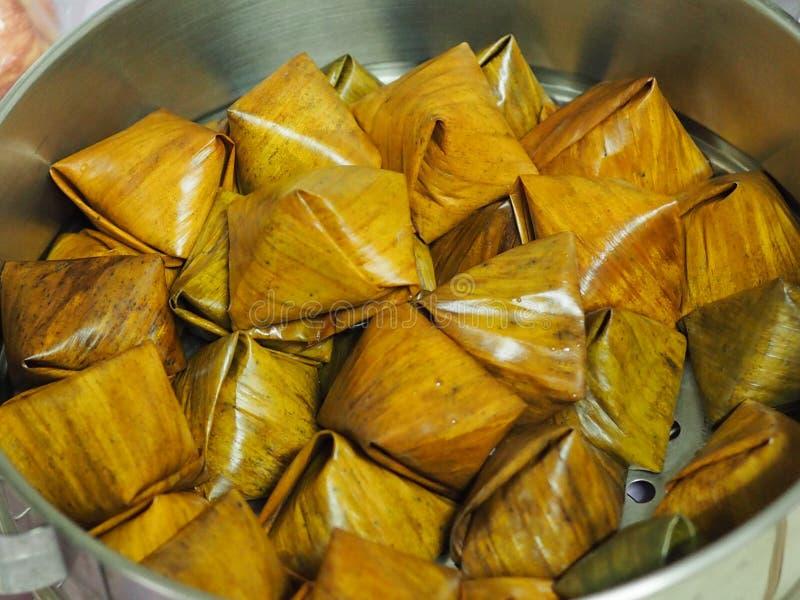 Stoppad pyramid för deg för degpyramidlexitron som välfylld göras från limaktigt rismjöl som fylls med offer- erbjuda för kokosnö arkivfoto