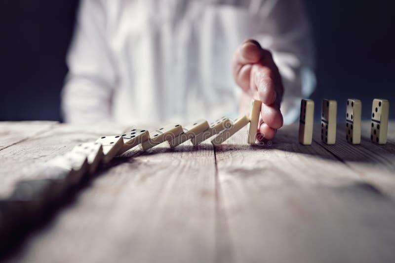 Stoppen Sie das Domino-Effekt-Konzept für Geschäft Lösung und interve lizenzfreie stockfotografie