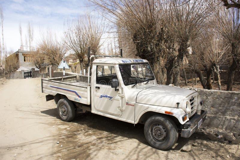 Stoppen Sie Kleinlastwagen-LKW auf kleiner Straße in der Gasse in Ladakh-Dorf am Himalajatal in Jammu und Kashmir, Indien stockfotografie