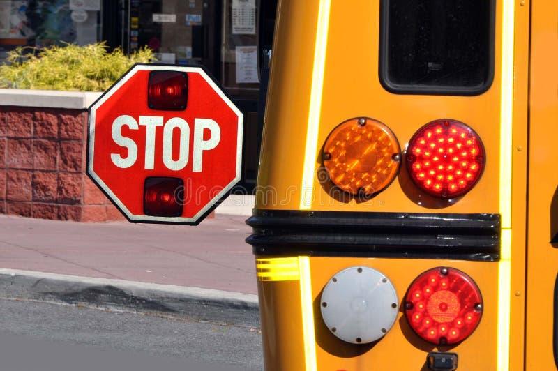 Stoppen Sie Zeichen auf einem scool Bus lizenzfreies stockfoto